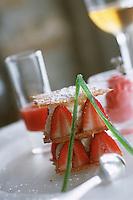 """France/2B/Haute Corse/Cap Corse/Erbalunga: Millefeuille caramélisé au pain d'épice , fraises corses de plein champ recette de Robert Rodriguez chef du restaurant """"Le Pirate"""" au port d'Erbalunga"""