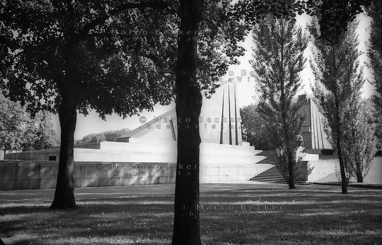 berlino, Il Sowjetisches Ehrenmal (memoriale dedicato all'armata rossa) all'interno del treptower park nella zona est della città --- berlin, the Sowjetisches Ehrenmal (Soviet War Memorial or the Soviet Cenotaph dedicated to the red army) inside treptower park in the east side of the city