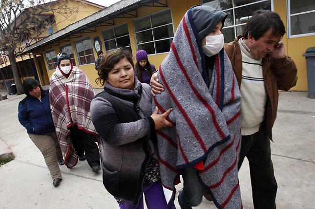 SCH01. BUIN (CHILE), 17/08/2011.- Los estudiantes Felipe Sanhueza (d) y Matias Ortega (2i), que mantienen una huelga de hambre desde hace más de 30 días en demanda de una educación pública, gratuita y de calidad, regresan hoy, miércoles 17 de agosto de 2011, al liceo A131 de Buin (Chile) donde realizan su protesta. EFE/Felipe Trueba