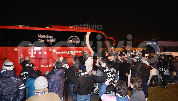 FUSSBALL CHAMPIONS LEAGUE  SAISON 2015/2016 ACHTELFINAL HINSPIEL Juventus Turin - FC Bayern Muenchen             23.02.2016 Der Bayern Muenchen Teambus kommt mit Polizeischutz ins Stadion