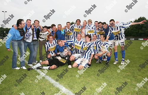 2007-05-20 / Vosselaar-Bonheiden: De spelers van Vosselaar vieren de promotie naar 2e nationale.