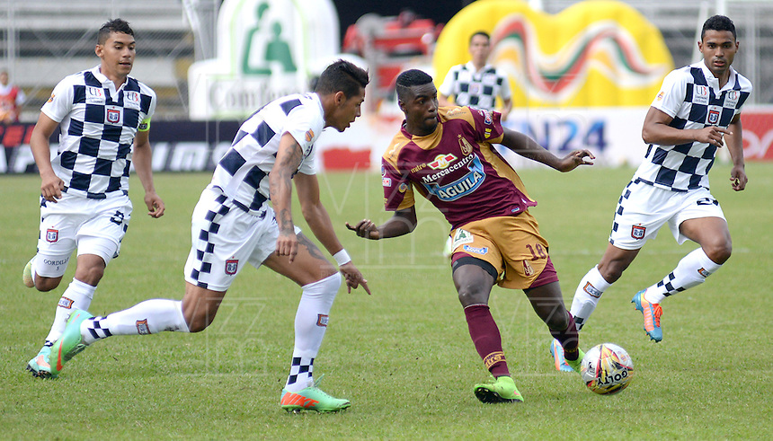 IBAGUE -COLOMBIA, 31-ENERO-2015. Marco Perez  (Centro)  del Deportes Tolima disputa el balon contra Yesinguer Jimenez del  Chico F.C durante la primera fecha de La Liga Aguila jugado en el estadio Manuel Murillo Toro de la ciudad de Ibague. /  Marco Perez (Center)  of Deportes Tolima dispute for the ball against  Yesinguer Jimenez  of Chico F.C.  during the first round of La Liga Aguila played at Manuel Murillo Toro   stadium in Ibague city. Photo / VizzorImage / Juan Carlos Escobar / Stringer