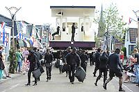 ALGEMEEN: SINT NICOLAASGA: centrum, 06-09-2012, Allegorische Optocht, STA-TION IT PERRON, Buurtvereniging Op en om 'e Rylst, met een knipoog naar het historische tramstation van Sint Nicolaasga is een wagen gebouwd welke een hedendaags stationstafereel op statische wijze weergeeft, de levende standbeelden op en rond de wagen geven een beeld van alle drukte op en rond het station, ©foto Martin de Jong