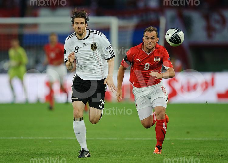 Fussball Euro 2012 Qualifikation  Oesterreich - Deutschland Arne FRIEDRICH (GER, l) gegen Erwin HOFFER (AUT).