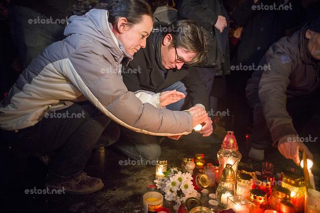 UNGARN, 28.12.2018, Budapest V. Bezirk. Protest gegen die klammheimliche Entfernung des Imre-Nagy-Denkmals vom Parlamentsplatz (Kossúth tér / Vértanuk tere). Der Reformkommunist und MP Nagy war der Held des 1956-er Aufstandes, die Regierung Orbán wiederum will den Platz in den Zustand der Horthy-Zeit zurueckversetzen. –Die Vorsitzenden der links-gruenen Kleinpartei PM Párbeszéd (Dialog fuer Ungarn), TÍmea Szabó und Gergely Karácsony, beim Gedenken.  | Protest against the quiet removal of the Imre Nagy monument from the Parlament square. Reform-communist and PM Nagy was the hero of the 1956 uprising while the Orban government wants to restore the sqaure to its pre-1944 state. –Timea Szabo and Gergely Karacsony, co-presidents of the small green-leftist party PM Parbeszed (Dialogue for Hungary) during commemoration.  © Martin Fejer/estost.net