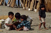 Amérique/Amérique du Sud/Pérou/Env de Chiclayo/Pimentel : Enfants sur la plage et bateaux de pêche