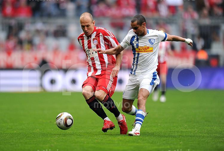 Fussball 1. Bundesliga :  Saison   2009/2010   33. Spieltag   FC Bayern Muenchen - VfL Bochum     01.05.2010 Arjen Robben (li., FCB) gegen Mimoun Azaouagh (re., Bochum)