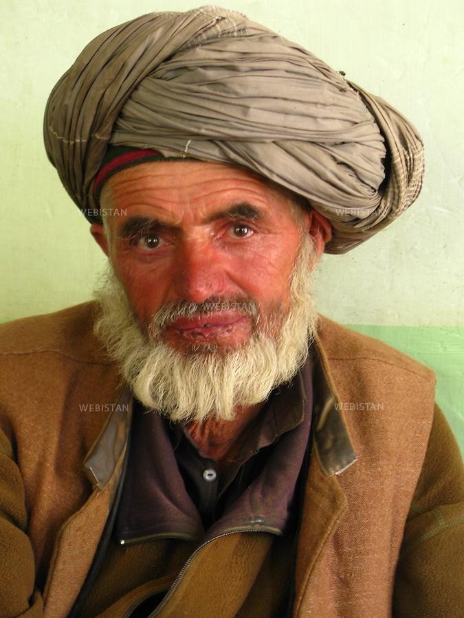 AFGHANISTAN - BAZARAK - 13 aout 2009 : Maison de the (Chai Khana). Portrait d'un vendeur de betail venu du Badakhshan, dans une maison de the (Chai Khana) de Bazarak. ..AFGHANISTAN - BAZARAK  - August 13th, 2009 : Tea house (Chai Khana). Portrait of a livestock vendor from Badakhshan in a Bazarak tea house.