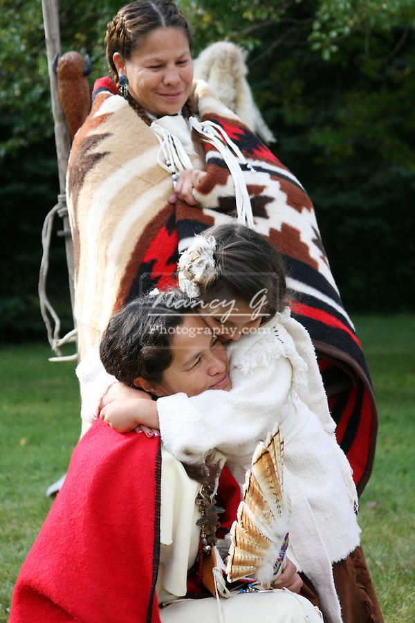 hug Native American Indian family Lakota Sioux Indians historical life culture love united states child children kids; female woman women girl girls mom mother ma mum kinder red coats Greifenhagen 468-2260 MR 387i to 388u n 390i 391u n 394i 395u