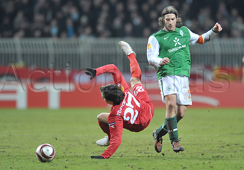 Bremen's Torsten Frings (R) fights for the ball with Enschede's Dario Vujicevic during the Europa League last 32 second leg match Werder Bremen vs Twente Enschede at Weser stadium in Bremen, Germany, 25 February 2010. German Bundesliga club Bremen defeated Dutch side Enschede 4-1 and goes on to the round of the last 16. Photo: Carmen Jaspersen /Actionplus. Editorial Use UK.