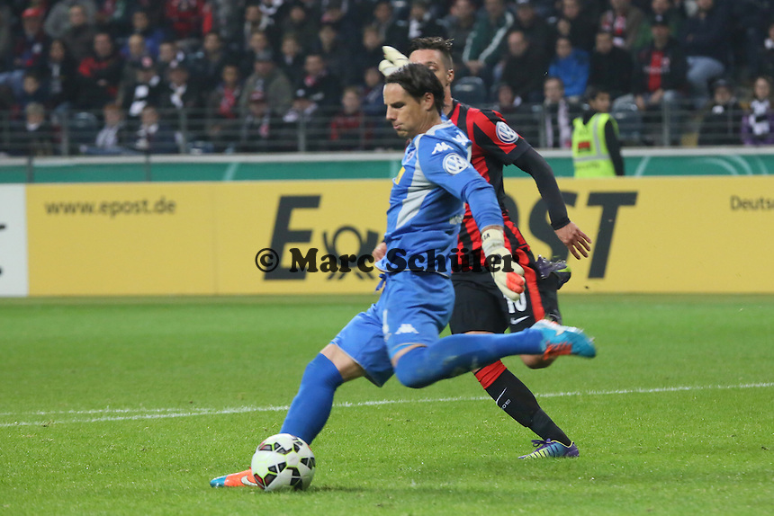 Yann Sommer (Gladbach) gegen Vaclav Kadlec (Eintracht) - Eintracht Frankfurt vs. Borussia Mönchengladbach, DFB-Pokal 2. Runde, Commerzbank Arena