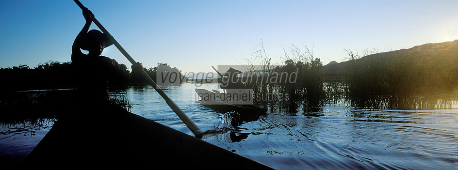 Asie/Birmanie/Myanmar/Plateau Shan/Ywathit: Lac Inle - Villageois en canot dans le village