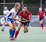 UTRECHT -  Renee van Laarhoven (Kampong) met Macey de Ruiter (Laren) tijdens de hockey hoofdklasse competitiewedstrijd dames:  Kampong-Laren (2-2). COPYRIGHT KOEN SUYK