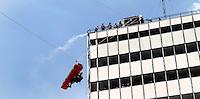 SAO PAULO, SP, 09 DE MARCO DE 2012 - SOLENIDADE DIA DO BOMBEIRO - Simulacao nas alturas durante Solenidade comemorativa ao Dia do Bombeiro Brasileiro, na Praca da Se na regiao central da capital paulista, nesta sexta-feira, 09. (FOTO: VANESSA CARVALHO / BRAZIL PHOTO PRESS).