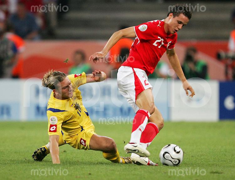 Fussball WM 2006        Schweiz - Ukraine Philipp DEGEN (rechts, SUI) im Zweikampf mit Andriy VORONIN (links, UKR).
