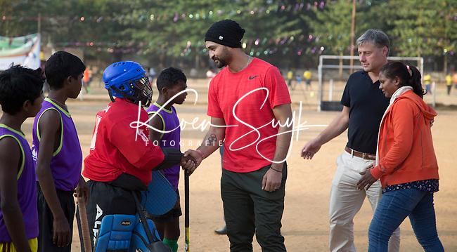 KHUNTI (Jharkhand) -  Finaledag Interschool Hockey League 2016. ONE MILLION HOCKEY LEGS  is een project , geïnitieerd door de Nederlandse- en Indiase overheid, met het doel om trainers en coaches op te leiden en  500.000 kinderen in India te laten hockeyen.  Ex international Floris Jan Bovelander (r)  is een van de oprichters en het gezicht van OMHL.  links ambassadeur en ex-India international Sandeep Singh. ambassadeur OMJL en ex international Samrai  COPYRIGHT KOEN SUYK