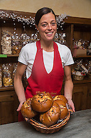 Italie, Val d'Aoste, Cogne:  Elena Corsi pâtissière et ses mecoulins (brioche au raisin),   Pâtisserie: Il Paradiso dei Golosi // Italy, Aosta Valley, Cogne : Elena Corsi pastry and mecoulins (raisin brioche) Cake shop:  Il Paradiso dei Golosi [Non destiné à un usage publicitaire - Not intended for an advertising use]