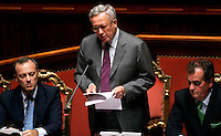 Il Ministro dell'Economia Giulio Tremonti, al centro, affiancato dal Ministro per i Rapporti con il Parlamento Elio Vito, sinistra, e dal Ministro per la Semplificazione Legislativa Roberto Calderoli, parla al Senato, Roma, 6 ottobre 2009, per illustrare la legge Finanziaria del 2010..Italian Economy Minister Giulio Tremonti, center, flanked by Italian Relations with Parliament Minister Elio Vito, left, and Italian Legislative Simplification Roberto Calderoli, speaks during a plenary session at the Senate, Rome, 6 october 2009, to explain the budget law for the 2010..UPDATE IMAGES PRESS/Riccardo De Luca