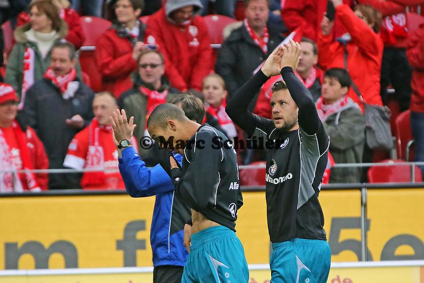 Eintracht begrüßt die mitgereisten Fans  mit Bamba Anderson und Marco Russ - 1. FSV Mainz 05 vs. Eintracht Frankfurt, Coface Arena, 12. Spieltag