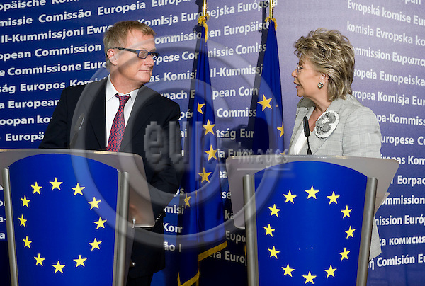Brussels-Belgium - 09 June 2009 -- The (new) European Charter on Freedom of the Press, formulating the main values that public authorities should respect when dealing with journalists, was presented and handed over to EU-Commissioner Viviane REDING (ri), in charge of Information Society and Media, by the initiator of the charter, Hans-Ulrich JÖRGES (le)(Joerges, Jorges), editor-in-chief of the German magazine Stern -- Photo: Horst Wagner / eup-images