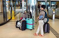 Nederland  Amsterdam 2019.  Toerist met koffers in de hal van Centraal Station.  Foto Berlinda van Dam / Hollandse Hoogte