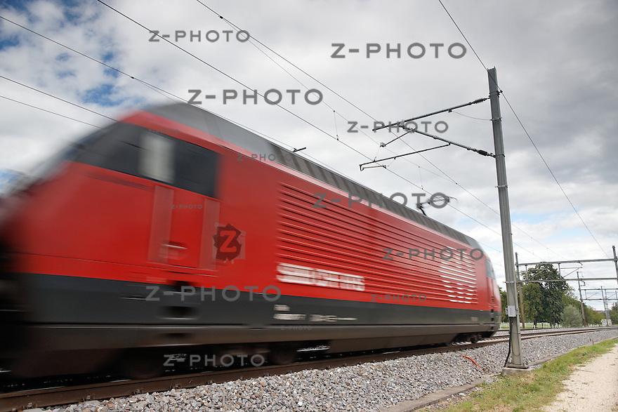Fernverkehrszug SBB Re460 bei einer vorbeifahrt in Aarau am 5. September 2012..Copyright © Zvonimir Pisonic