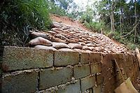 Nova Limas_MG, Brasil...Muro de protecao ao deslizamento de terra no condominio Pasargada...The security wall to landslide in Pasargada condominium...Foto: JOAO MARCOS ROSA / NITRO