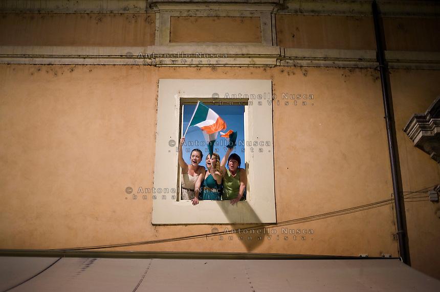 I tifosi dell'Italia festeggiano per le vie del centro storico di Roma la vittoria dell'Italia sulla Germania ai campionatii Europei di calcio..Supporters of the Italian national football team cheer at the end of the Euro 2012 semifinal football match between Italy and Germany.