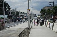 Rio de Janeiro-Rj 26/05/2014-OBRAS  BRT -Obras BRT, trecho da Rua Candido Benicio esquina com Rua Albano,Zona Oeste ,onde ainda nao foram instalados os semaforos e faixa de pedestre ,ao fundo fucionarios  trabalham para instalacao de semaforos,nessa tarde de segunda feira . Foto-Tércio Teixeira /Brazil Photo Press