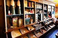 Zaanse Schans - In Zaanse Schans staat de eerste Albert Heijn winkel . Interieur.