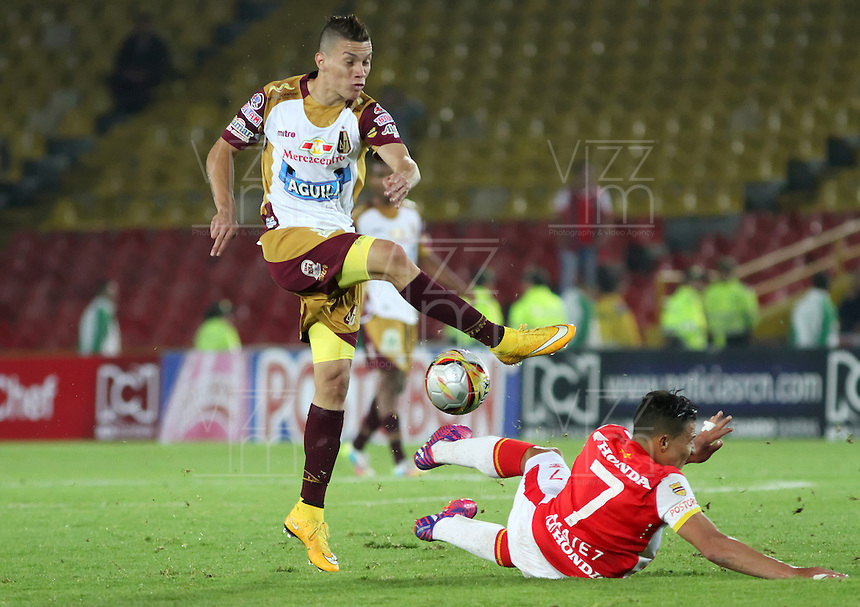 BOGOTA - COLOMBIA - 31-03-2015: Luis Arias   (Der) jugador de Independiente Santa Fe disputan el balón con  Matheus Uribe  (Izq) jugador de Deportes Tolima, durante partido adelantado por la fecha 14 entre Independiente Santa Fe y Deportes Tolima de la Liga Aguila I-2015, en el estadio Nemesio Camacho El Campin de la ciudad de Bogota. / Luis Arias (R) player of Independiente Santa Fe struggles for the ball with Matheus Uribe  (L) player of Deportes Tolima, during an advance match of the 14 date between Independiente Santa Fe and Deportivo Independiente Medellin for the Liga Aguila I -2015 at the Nemesio Camacho El Campin Stadium in Bogota city, Photo: VizzorImage / Felipe Caicedo / Staff.