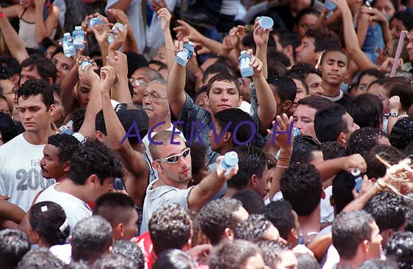 Promesseiros destribuem &aacute;gua aos romeiros que acompanham o C&iacute;rio de Nossa senhor que acontece tradicionalmente a mais de 200 anos em Bel&eacute;m , Par&aacute;, Brasil<br />08/10/2000<br />Foto Paulo Santos/Interfoto