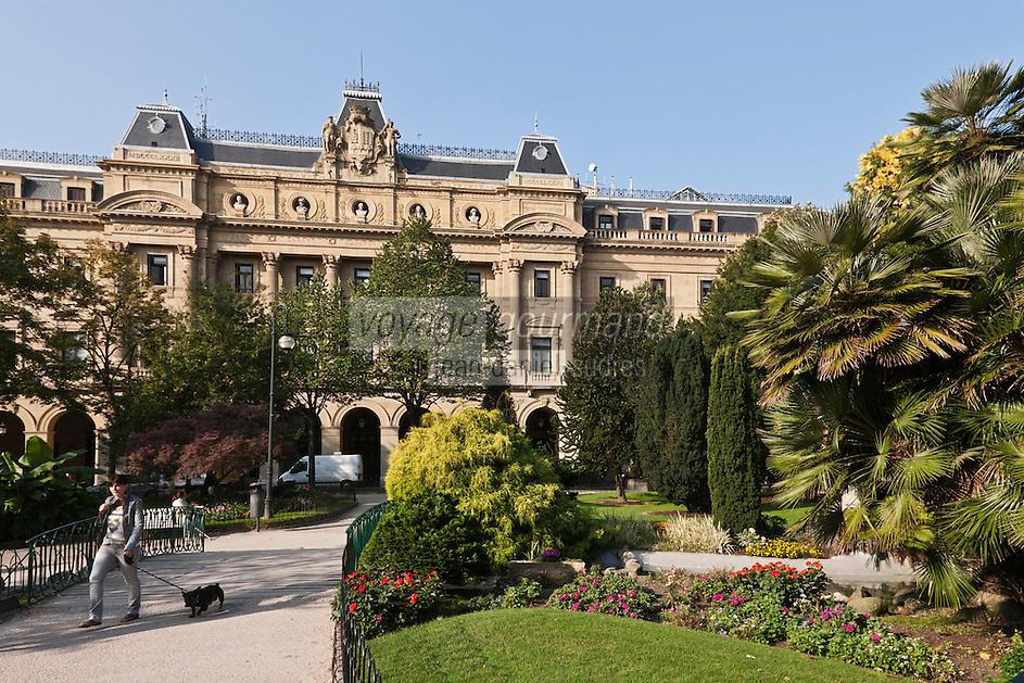 Europe/Espagne/Guipuscoa/Pays Basque/Saint-Sébastien: Jardin place de Guipuzcoa - l'édifice du Conseil général (Diputación Foral)