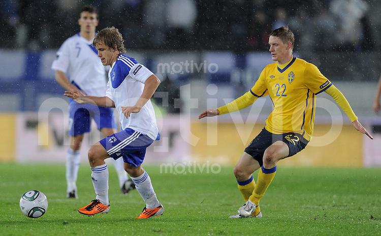 FUSSBALL INTERNATIONAL  EM 2012-Qualifikation  Gruppe E  07.10.2011 Finnland - Schweden Teemu Pukki (li, Finnland) am Ball gegen Rasmus Elm (Schweden)
