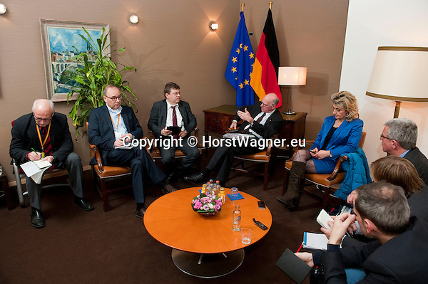 Bruessel - Belgien, 20. Januar 2014; <br /> MdB Prof. Dr. Norbert LAMMERT (mi), Praesident des Deutschen Bundestages, nimmt im Rahmen einer Bundestagsdelegation teil an der Interparlamentarischen Konferenz zur wirtschaftlichen Steuerung der EU (siehe Artikel 13 des EU-Fiskalvertrags); hier im Anschluss bei einem Pressegespraech in einem Protokollraum des Europaeischen Parlaments; <br /> Photo: © Horst Wagner / DBT; <br /> Tel.: +49 179 5903216; <br /> horst.wagner@skynet.be