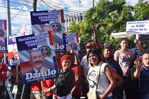 Personas que acudieron a darle apoyo al presidente Danilo Medina./Edgar Hernández/Acento.com.do