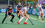 AMSTELVEEN - Kim Janssens (OR) met links Joy Haarman (Adam)  tijdens de hoofdklasse hockeywedstrijd dames,  Amsterdam-Oranje Rood (2-2) .   COPYRIGHT KOEN SUYK
