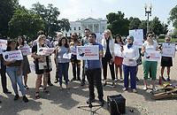 """MIA13 - WASHINGTON (DC, EE.UU.), 02/08/2017.- Activistas y líderes religiosos protestan este miércoles 2 de agosto de 2017, a las puertas de la Casa Blanca, en Washington, DC, (EE.UU.), para pedir al presidente de EE.UU., Donald Trump, mantener el programa DACA que protege de la deportación a los """"dreamers"""", jóvenes indocumentados que llegaron de niños al país. Más de 1.600 líderes religiosos enviaron una carta a Trump con esta demanda a través de su vía de comunicación favorita, el Twitter, y alrededor de 50 personas llevaron el mensaje a las puertas de la Casa Blanca en un acto de protesta. EFE/Lenin Nolly"""