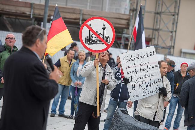 """Rechte demonstrieren in Bautzen gegen Fluechtlinge.<br /> Am Sonntag den 18. September 2016 versammelten sich im saechsischen Bautzen ca. 120 Rechte zu einem Kundgebung mit anschliessender Demonstration um gegen Fluechtlinge zu demonstrieren. Sie riefen Parolen gegen Fluechtlinge und gegen Angela Merkel und beschimpften Medienvertreter als """"Volksverraeter"""".<br /> Nach Aussagen von Anwohnern waren nur etwa 15 Teilnehmer aus Bautzen. Bautzener Rechtsextreme hatten zuvor aufgerufen, sich vorerst nicht an Demonstrationen zu beteiligen, bis ein von ihnen an die Stadtverwaltung gestelltes Ultimatum, zu Loesung der Fluechtlingsfrage verstrichen ist.<br /> Im Bild: Engelbert Merz aus Hoyerswerda redet zu den Teilnehmern.<br /> Im Hintergrund: Eine Handvoll Mitglieder der Kleinstpartei PRO-NRW ist eigens fuer diesen Tag nach Bautzen gereist.<br /> 18.9.2016, Bautzen/Sachsen<br /> Copyright: Christian-Ditsch.de<br /> [Inhaltsveraendernde Manipulation des Fotos nur nach ausdruecklicher Genehmigung des Fotografen. Vereinbarungen ueber Abtretung von Persoenlichkeitsrechten/Model Release der abgebildeten Person/Personen liegen nicht vor. NO MODEL RELEASE! Nur fuer Redaktionelle Zwecke. Don't publish without copyright Christian-Ditsch.de, Veroeffentlichung nur mit Fotografennennung, sowie gegen Honorar, MwSt. und Beleg. Konto: I N G - D i B a, IBAN DE58500105175400192269, BIC INGDDEFFXXX, Kontakt: post@christian-ditsch.de<br /> Bei der Bearbeitung der Dateiinformationen darf die Urheberkennzeichnung in den EXIF- und  IPTC-Daten nicht entfernt werden, diese sind in digitalen Medien nach §95c UrhG rechtlich geschuetzt. Der Urhebervermerk wird gemaess §13 UrhG verlangt.]"""