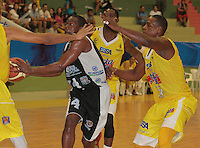 BUCARAMANGA -COLOMBIA, 25-03-2013. Moreno Asprilla de Piratas trata de eludir la marca de tres jugadores de Búcaros durante partido de la décimanovena fecha de la Liga DirecTV de baloncesto profesional colombiano disputado en la ciudad de Bucaramanga./  Moreno Asprilla of Piratas tries to elude the mark of three players of Bucaros during game of the nineteenth date of the DirecTV League of professional Basketball of Colombia at Bucaramanga city. Photo:VizzorImage / Jaime Moreno / STR