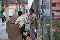SAO PAULO, SP, 13 DE JANEIRO DE 2012 - CRACOLANDIA -Grupos de usuarios de crack voltam a ocupar as ruas da Cracolandia, centro da cidade, nesta manha de sexta-feira (13). FOTO RICARDO LOU - NEWS FREE;