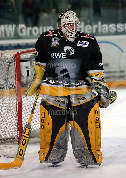 Eishockey, DEL, Deutsche Eishockey Liga 2003/2004, 1.Bundesliga, Arena Nuernberg (Germany) Nuernberg Ice Tigers - Krefeld Pinguine (4:3 n.p.) Torwart Robert Mueller (Krefeld) vor seinem Tor