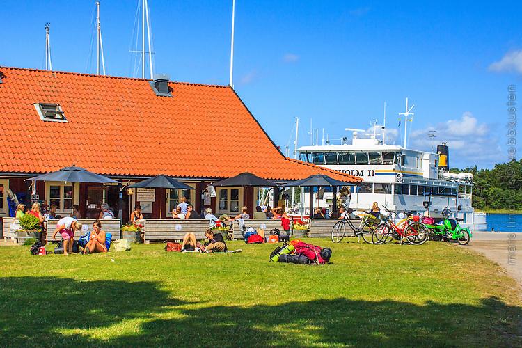 Människor och Waxholmsbåt vid Gruvbryggan Utö i Stockholms skärgård