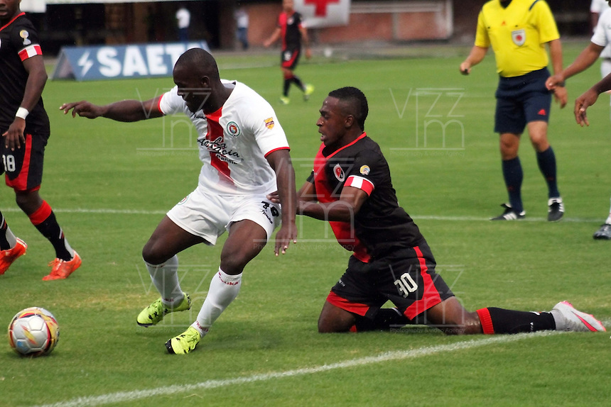 CUCUTA - COLOMBIA - 16-08-2015. Jefferson Murillo jugador  del Cucuta Deportivo  disputa el balon  contra, Yonni Hinestroza del  Cortulua  durante partido  por la fecha 6 de la Liga Aguila II 2015 jugado en el estadio General Santander / Jefferson Murillo  player of Cucuta Deportivo   fights the ball against  , Yonni Hinestroza of Cortulua  during a match for the six  date of the Liga Aguila II 2015 played a General Santander Atanasio Girardot stadium in Cucuta city. Photo: VizzorImage / Manuel Hernandez  / Contribuidor