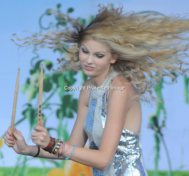 Photo by Amanda Ullery.Taylor Swift entertains at Country Concert in the Hills at Hickory Hills Lake near Ft. Loramie, Ohio on Sunday, July 13, 2008.