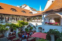 Oesterreich, Niederoesterreich, Kulturlandschaft Wachau - UNESCO Weltkultur- und -naturerbe, Krems an der Donau: Hotel-Restaurant Alte Post, Innenhof | Austria, Lower Austria, Wachau Cultural Landscape - UNESCO World's Cultural and Natural Heritage, Krems an der Donau: Hotel Alte Post, courtyard restaurant
