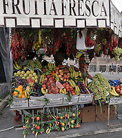 ROMA-ITALIA- 31-08-2012. Venta de frutas en Roma, Italia, agosto 31 de 2012. Sale of fruits in Rome Italy on August 31, 2012. (Photo: VizzorImage/Luis Ramirez)