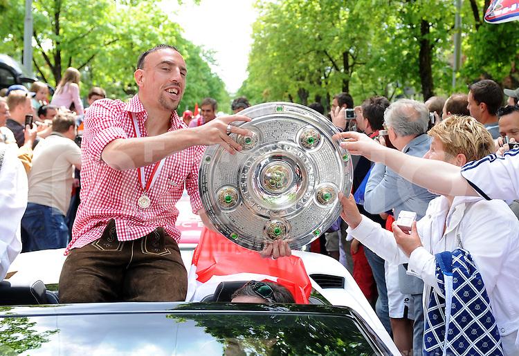 Fussball 1. Bundesliga :  Saison   2009/2010    09.05.2010 Der FC Bayern Muenchen feiert im Autokorso von der Saebenerstrasse in die Muenchner Innenstadt die Deutscher Meister 09/10  mit Meisterschale Franck Ribery (FCB)