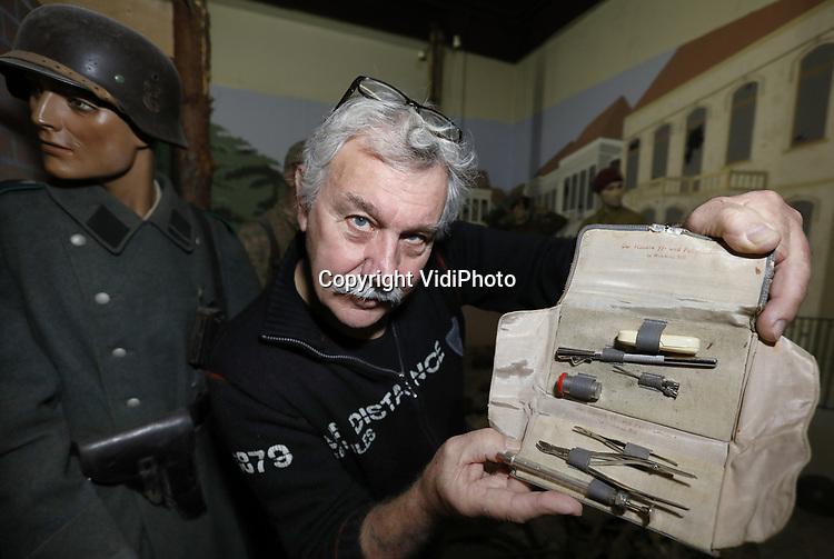 Foto: VidiPhoto<br /> <br /> ARNHEM - &ldquo;Der H&ouml;here SS und Polizeif&uuml;hrer im Wehrkreis XIII&rdquo;, staat er in verweerde letters op Duitse een etui met chirurgische attributen uit de Tweede Wereldoorlog. Volgens museumdirecteur Eef Peeters van het Arnhems Oorlogsmuseum 40-45 gaat het hier om een martelsetje van de Geheime Staatspolizei (Gestapo) of Sicherheitsdienst (SD), afkomstig uit Arnhem en vermoedelijk gebruikt tijdens de &lsquo;verhoren&rsquo; van burgers in het beruchte Witte Huis van de Sicherheitsdienst aan de Utrechtseweg in Arnhem. Het museum kreeg het setje vorige week van een &ldquo;anonieme gever&rdquo;, vertelt Peeters maandag. De museumbaas probeert uit te zoeken wie de eigenaar was van de lugubere handset, met daarin onder andere een vlijmscherp scalpelmesje, een tangetje, een metalen spuit met twee naalden en een buisje met een onbekende substantie. Omdat het mogelijk om een agressief gif gaat durft de museumeigenaar dit niet te openen. Volgens hem gaat het hier om nogal sinistere schenking dat vrijwel zeker ingezet is om burgers of verzetsmensen tot een bekentenis te dwingen. Het tangetjes is vermoedelijk gebruikt  om pezen door te knippen. De waarde van de gift wordt geschat op enkele duizenden euro&rsquo;s, maar verkocht wordt er niets door Peeters. &ldquo;Wij verkopen geen spullen die aan ons museum geschonken zijn.&rdquo; Tijdens eerdere zoektochten rond het Witte Huis vond Peeters al eens een schoen met daarin nog een voet en wat andere spullen uit de oorlog. De etui komt straks in een van de vitrines van het oorlogsmuseum te liggen. &ldquo;Ik zou zoiets zelf niet gekocht hebben, maar als geschenk heeft het zeker grote historische waarde.&rdquo; Het Arnhems Oorlogsmuseum staat bekend om zijn exclusieve collectie. Z0 wist Peeters al eerder een luxe zitbank en een typemachine uit de bunker van Adolf Hitler in Berlijn in zijn bezit te krijgen.