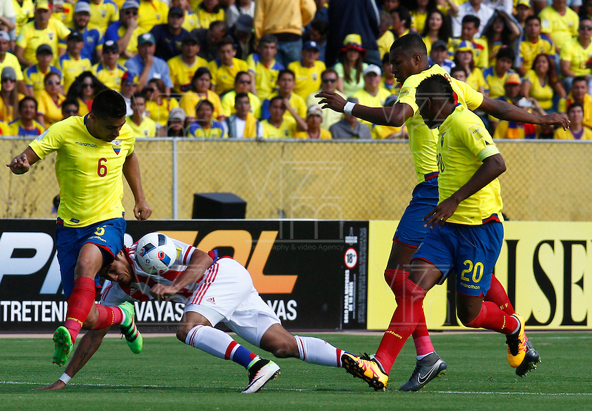 QUITO - ECUADOR - 24-03-2016: Cristian Novoa (Izq.) jugador  de Ecuador disputa el balón con Dario Lezcano (Der.) jugador de Paraguay, durante entre los seleccionados de Ecuador y Paraguay, partido válido por la fecha 5 de la clasificación a la Copa Mundo FIFA 2018 Rusia jugado en el estadio Olímpico Atahualpa en Quito. /  Cristian Novoa (L) player of Ecuador struggles the ball with Dario Lezcano (R) player of Paraguay during a match between Ecuador and Paraguay valid for the date 5 of 2018 FIFA World Cup Russia Qualifier played at Olimpico Atahualpa stadium in Quito. Photo: VizzorImage / Franklin Dajome / Agencia Cronistas Gráficos
